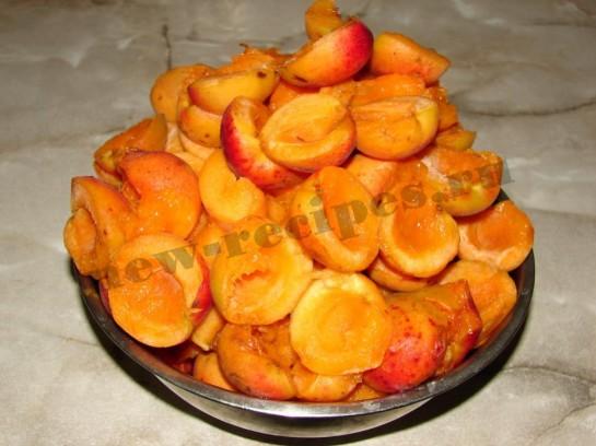 очищаем абрикосы от косточек