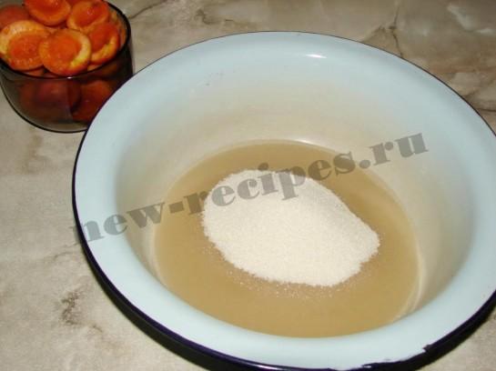 высыпаем в миску первую порцию сахара и наливаем чуть воды