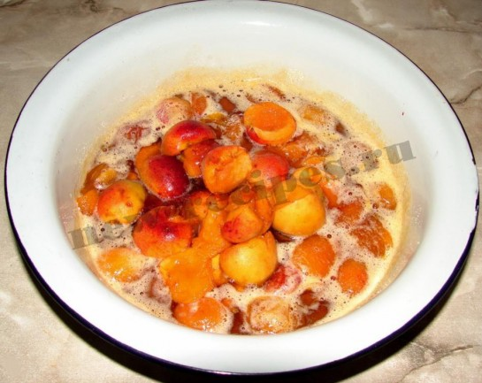 кладём вторую порцию абрикос