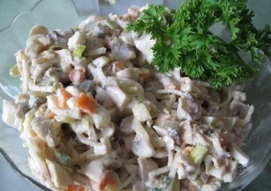 Норвежский салат из шампиньонов с пореем.