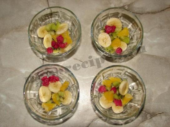 кладём фрукты и ягоды в креманки