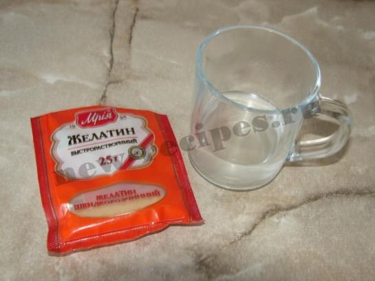 растворяем желатин в горячей воде