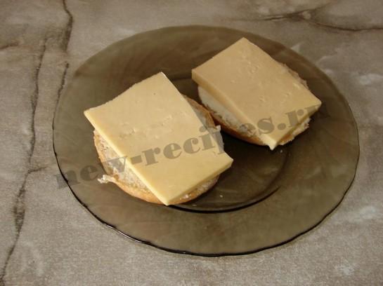 положим сыр на булочку