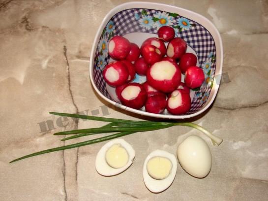 отварим вкрутую яйца, помоем и очистим редиску