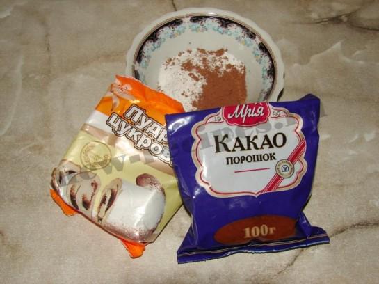 смешиваем какао-порошок и сахарную пудру