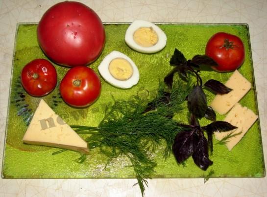 ингредиенты для салата с базиликом и помидорами