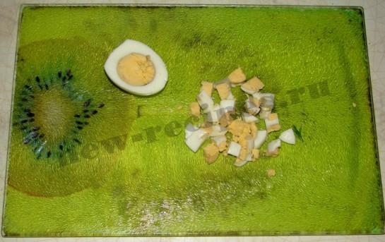 сваренные вкрутую яйца нарежем кубиками