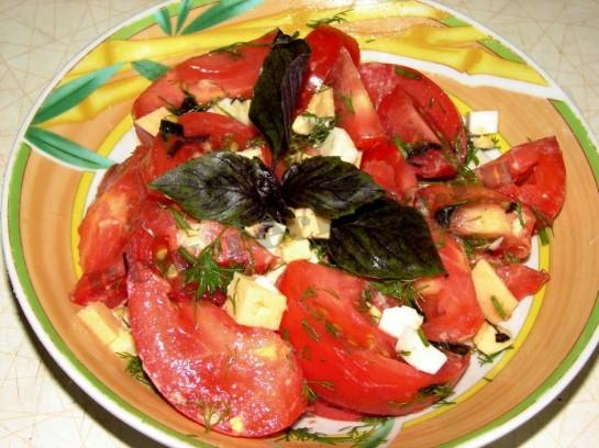смешиваем ингредиенты и заправляем салат