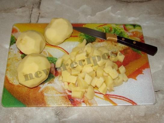 нарезаем кубиками картошку