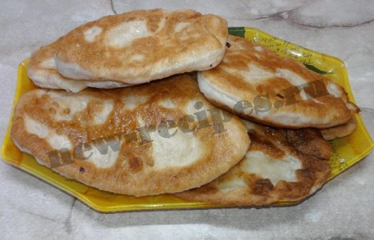 жареные пирожки из дрожжевого теста с картошкой
