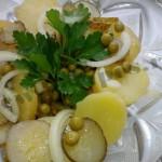 Рождественский салат с солеными огурцами и зеленым горошком