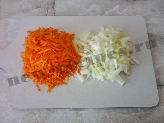 режем лук и трём морковку