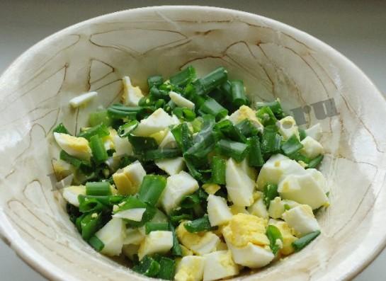 рецепт с зеленим луком салат