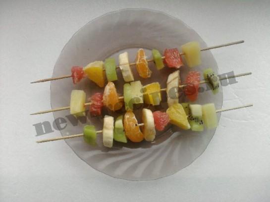 нанизываем фрукты на шпажки