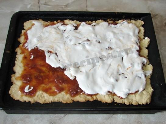 Пирог с вареньем и безе