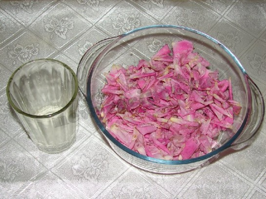 вливаем лимонную воду в лепестки