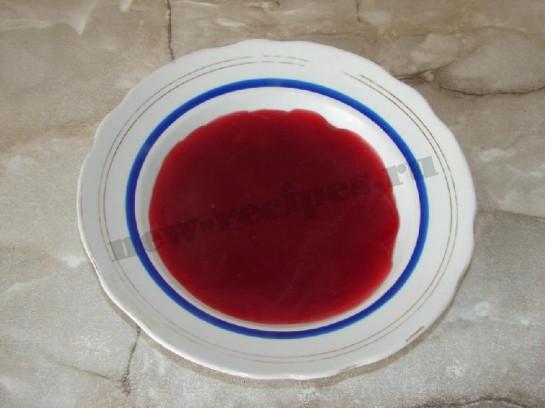 наливаем кисель в тарелку