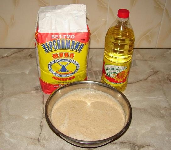 добавляем муку и растительное масло