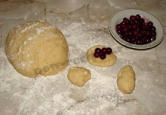 лепим пирожки с вишнями