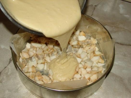 выливаем бисквитное тесто на яблоки