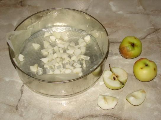 мелко нарежем яблоки