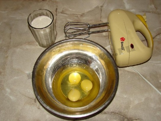 соединим яйца и сахар