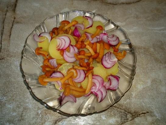 вкусный салат с грибами и соленым огурцом 4