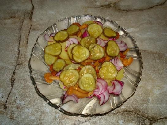 вкусный салат с грибами и соленым огурцом 5