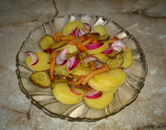 вкусный салат с грибами и соленым огурцом 6