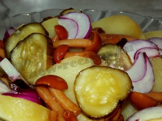 вкусный салат с грибами и соленым огурцом