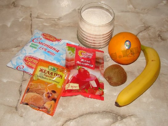 желейный десерт со сметаной и фруктами в виде сердца