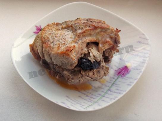 Мясной рулет из свинины с черносливом фото рецепт