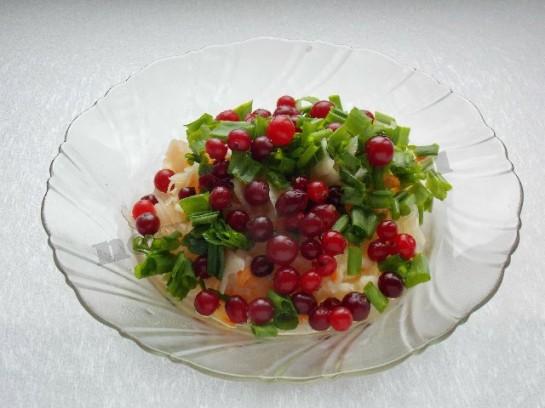 смешиваем капусту, клюкву и зелень