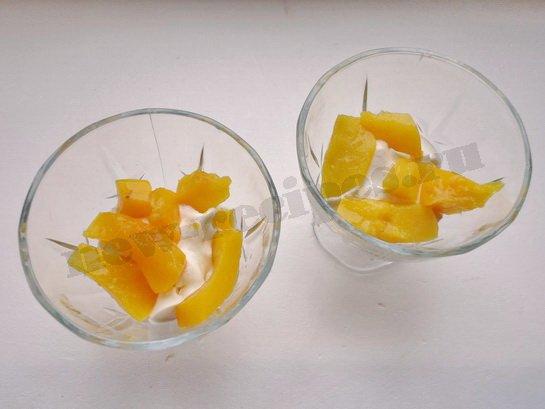 первый слой - сливки, второй - персики