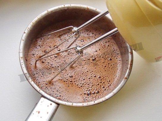 взбиваем шоколад миксером