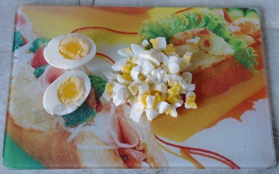 яйца отвариваем и нарезаем кубиками