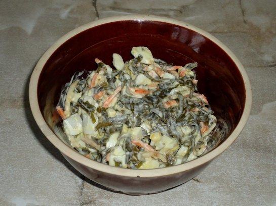 вкусный салат из морской капусты с яйцами готов