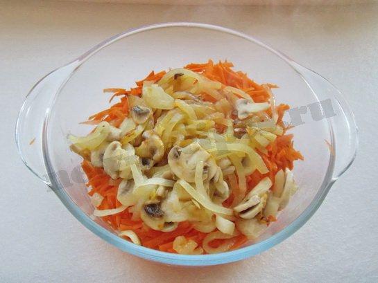 добавляем в морковку лук с шампиньонами