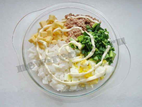 смешиваем рис, консервы, яйцо, сыр, зелень