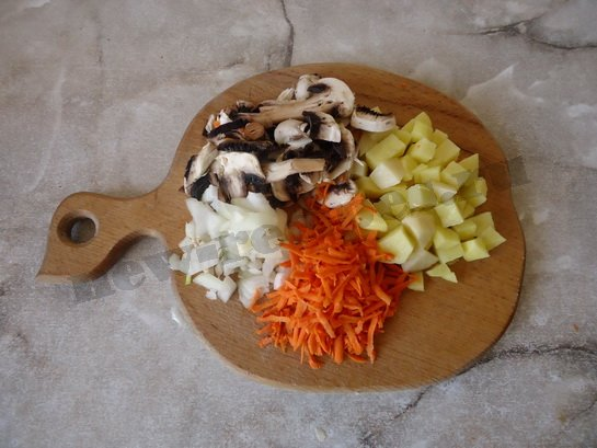 подготовим ингредиенты для грибного супа