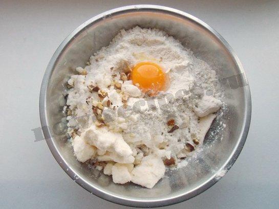 добавляем муку, яйцо, орехи