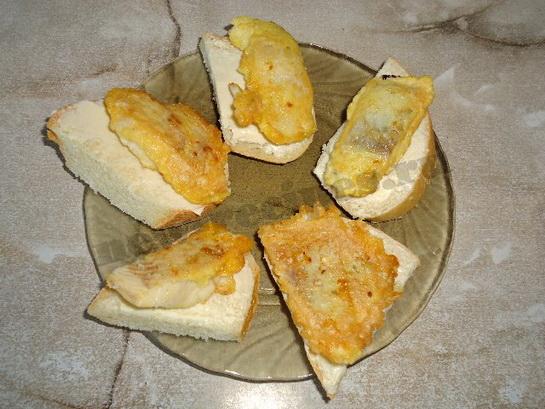 кладём на хлеб кусочки рыбы