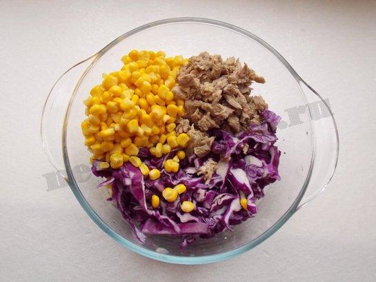 смешиваем мясо, кукурузу и капусту