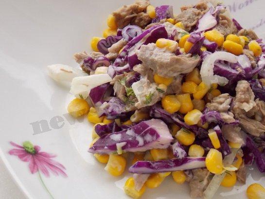 вкусный салат с мясом и кукурузой готов