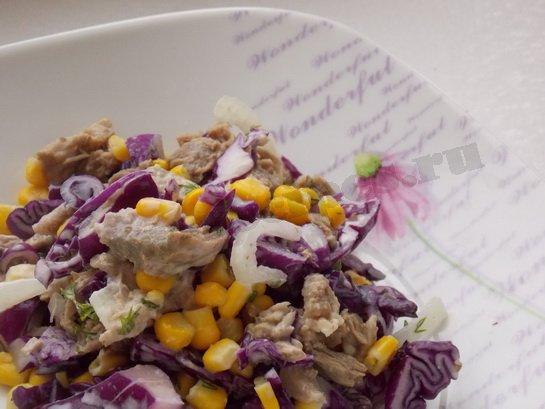 вкусный салат с мясом, кукурузой и синей капустой