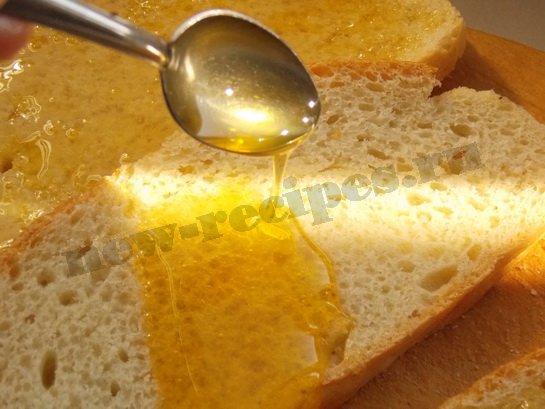 поливаем хлеб мёдом