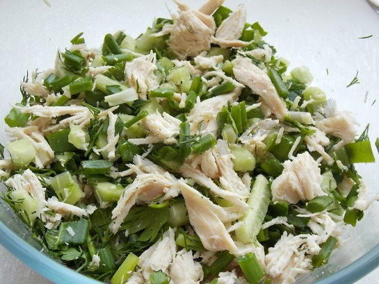 смешиваем ингредиенты для весеннего салата