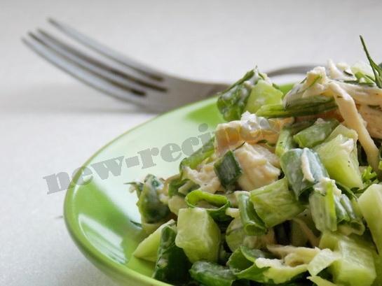 весенний салат с огурцом и куриной грудкой