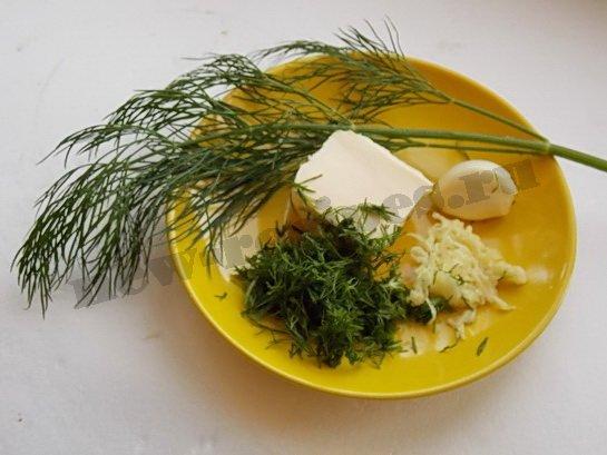готовим заправку из масла, чеснока и укропа