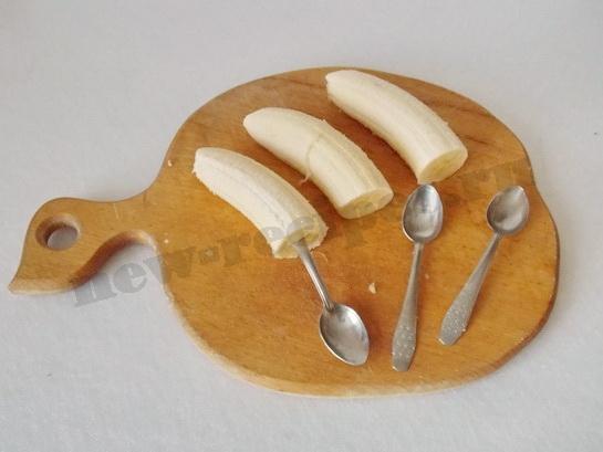 половинки бананов надеваем на ложечки